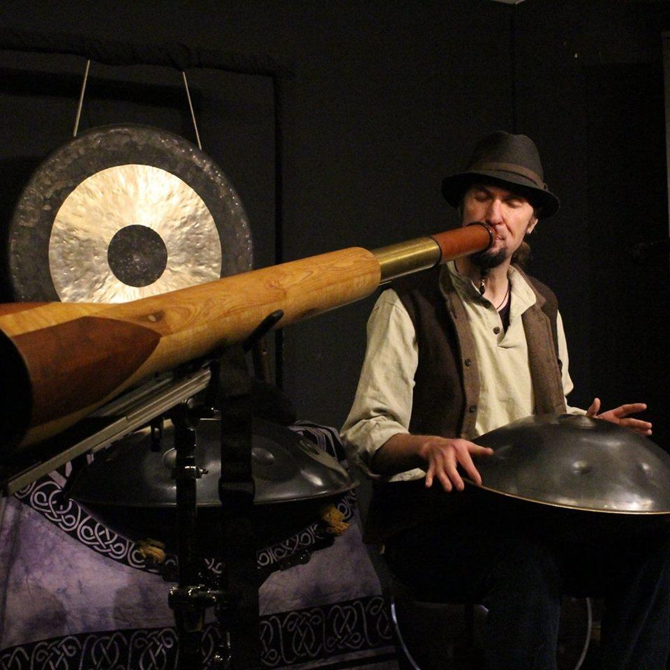 curt-ceunen-hang-handpan-didgeridoo-musician-troubadour